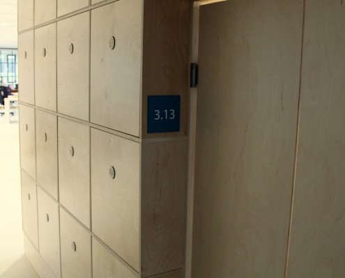 lockerkast; muur van lockers